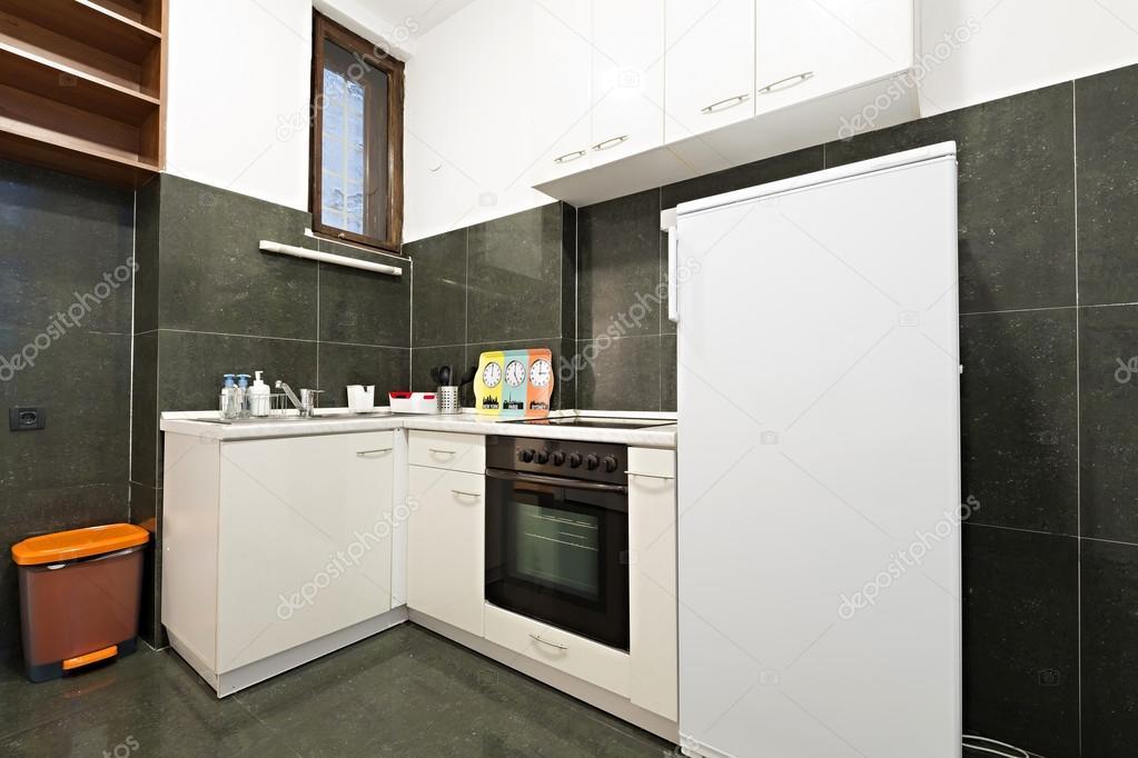Kleine keuken in klein appartement u stockfoto rilueda