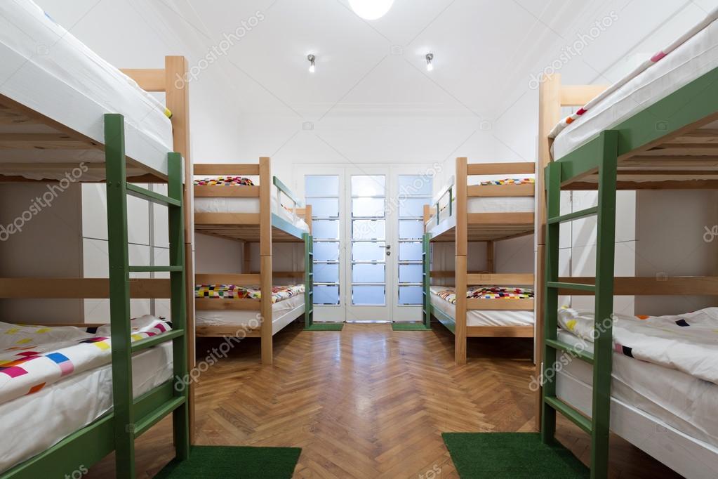 Letti a castello in una stanza d'ostello — Foto Stock ...