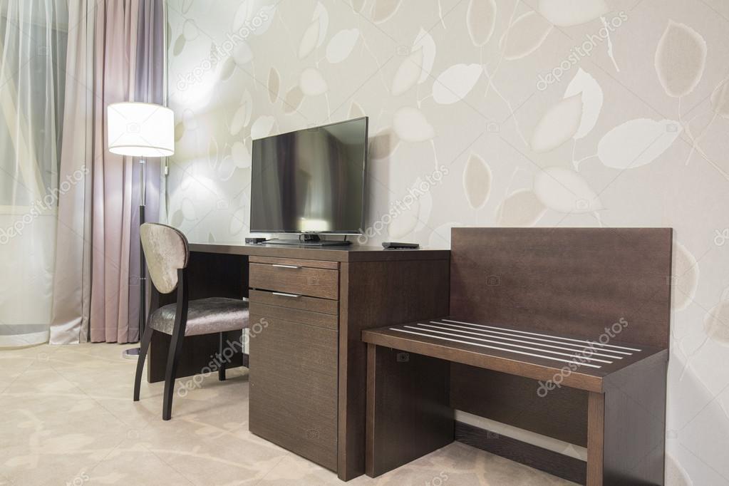 Bureau et tv dans la chambre dhôtel u2014 photographie rilueda © #65045045