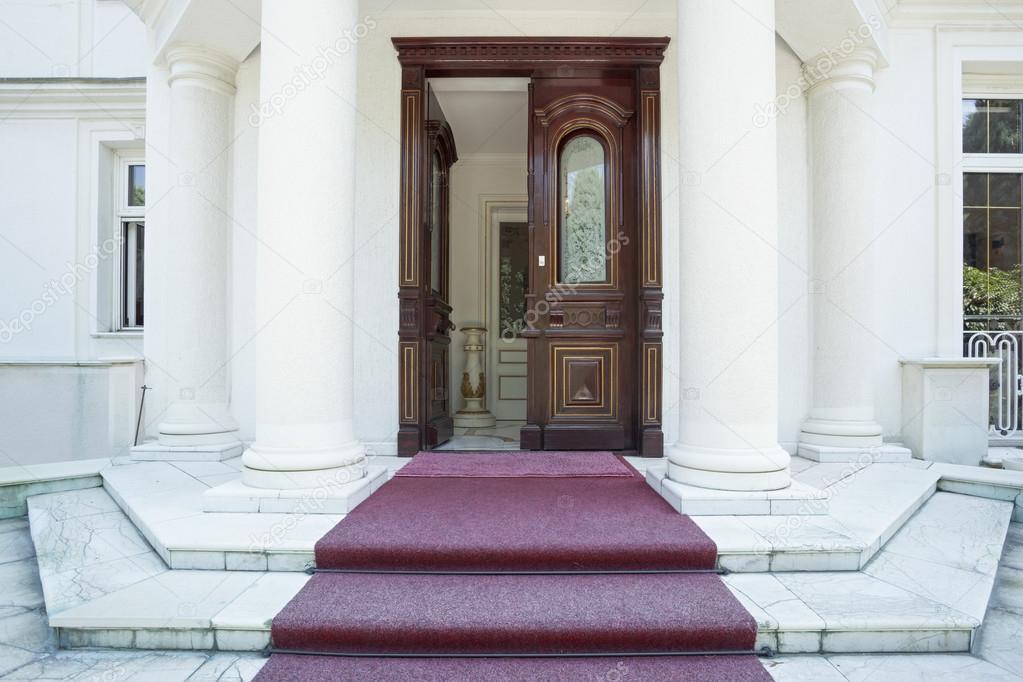 Porta dingresso della villa di lusso — Foto Stock © rilueda #66071543