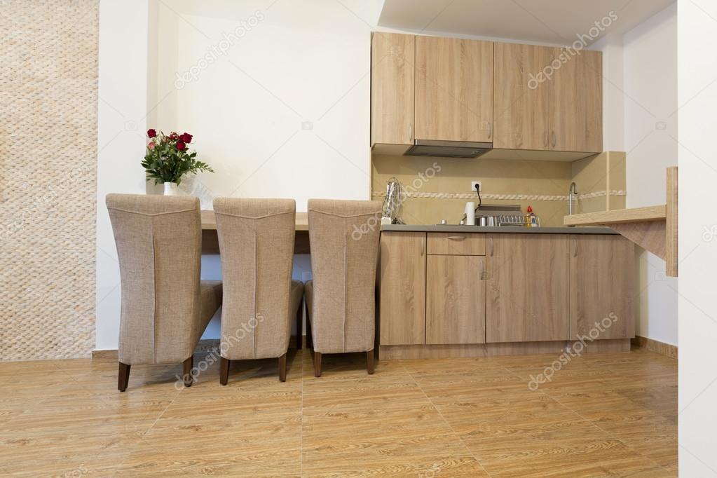 Cocina y mesa de comedor en apartamento pequeño — Foto de stock ...