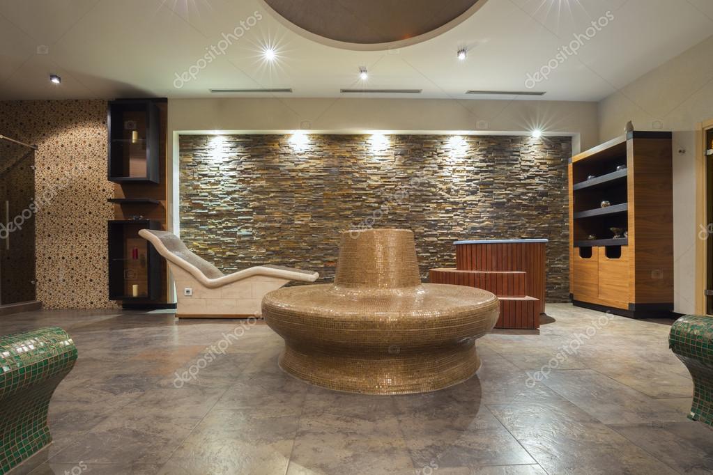 moderne spa interieur met warme stenen banken stockfoto