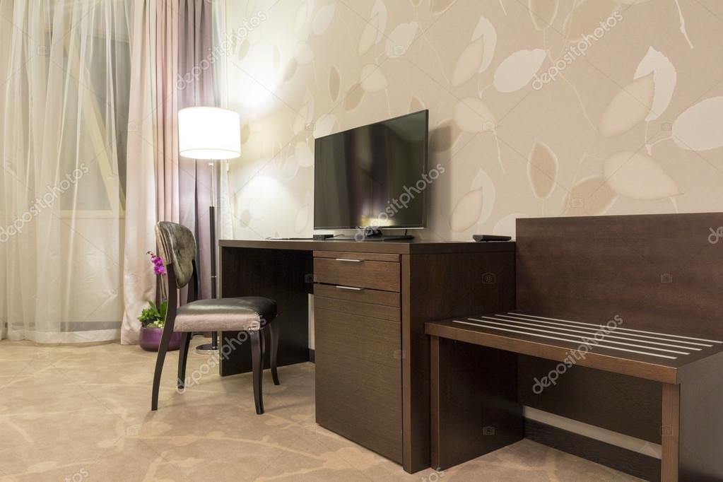 Bureau et Tv dans la chambre d\'hôtel — Photographie rilueda © #69700213