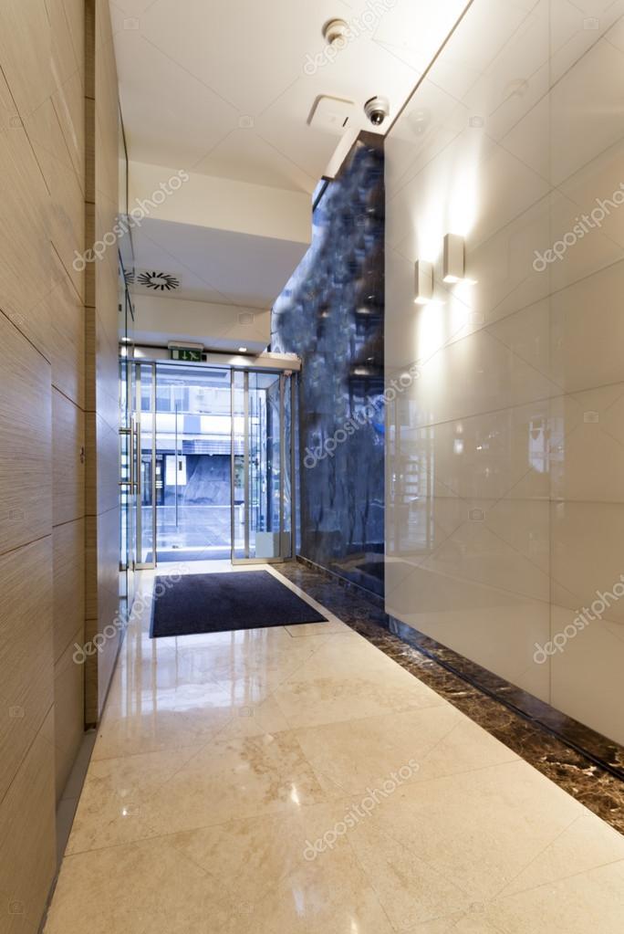 Hall d\'entrée immeuble moderne — Photographie rilueda ...