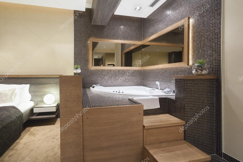 Moderna vasca idromassaggio aperta in camera da letto — Foto ...