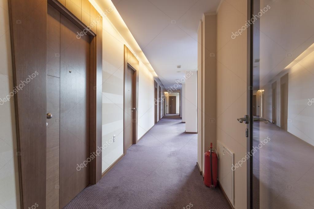 Kleur Corridor Appartement : Gebouw corridor u stockfoto rilueda