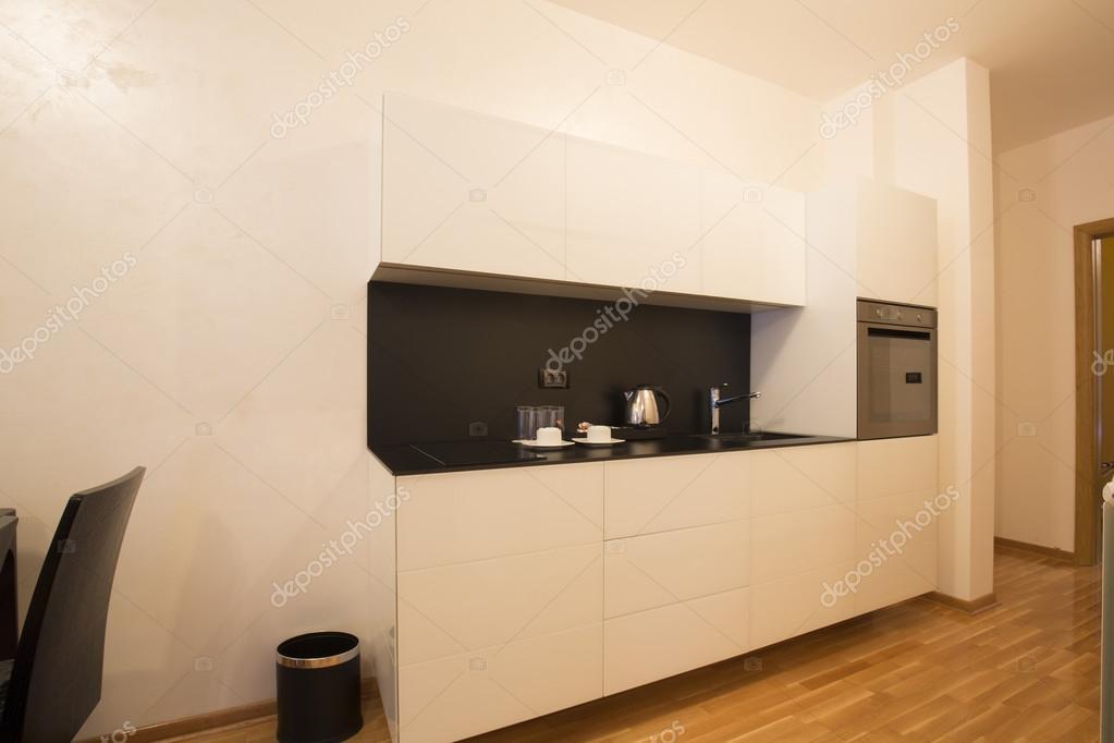 Kleine keuken in modern appartement u stockfoto rilueda