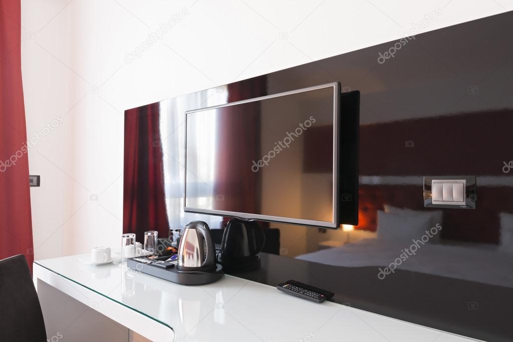 Bureau et tv dans la chambre dhôtel moderne u2014 photographie rilueda