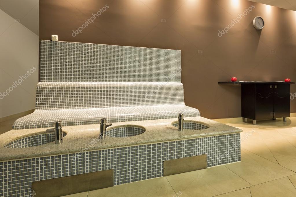 Fußbecken beheizte sitzbank und fuß becken im spa center stockfoto rilueda