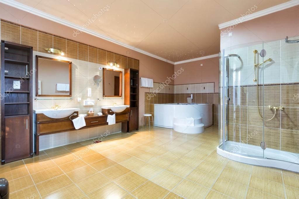 Luxe ruime badkamer met twee wasbakken — Stockfoto © rilueda #89741464