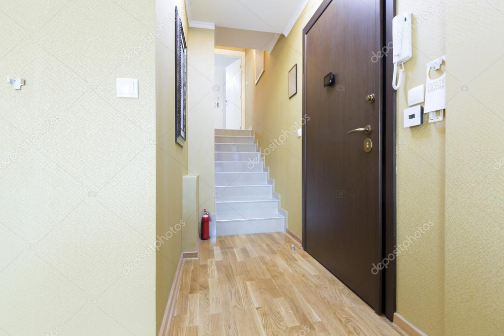 Entreehal en trappen in een moderne appartement u2014 stockfoto