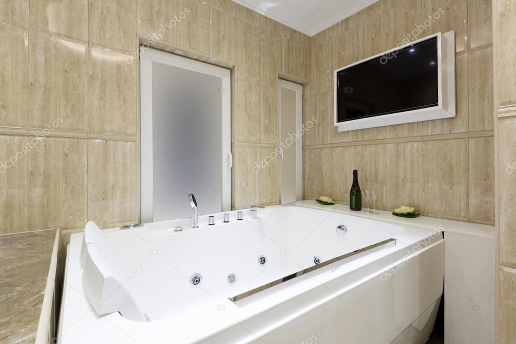 Heiße Wanne und tv-Bildschirm in Luxus-Badezimmer ...