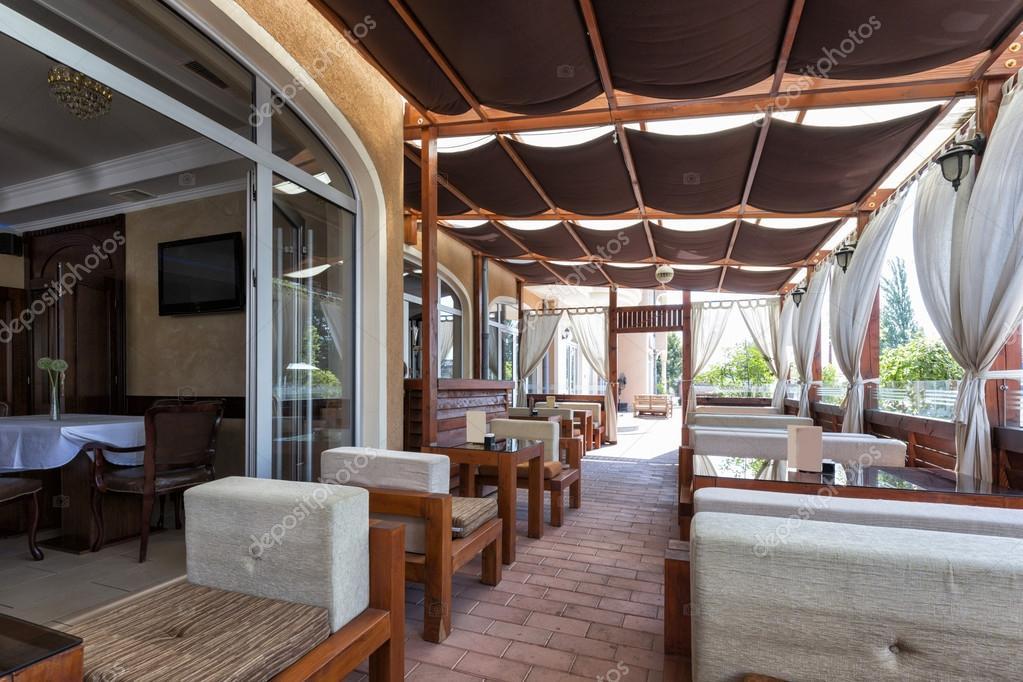 Terrasse ombragée élégant café — Photographie rilueda © #92663346