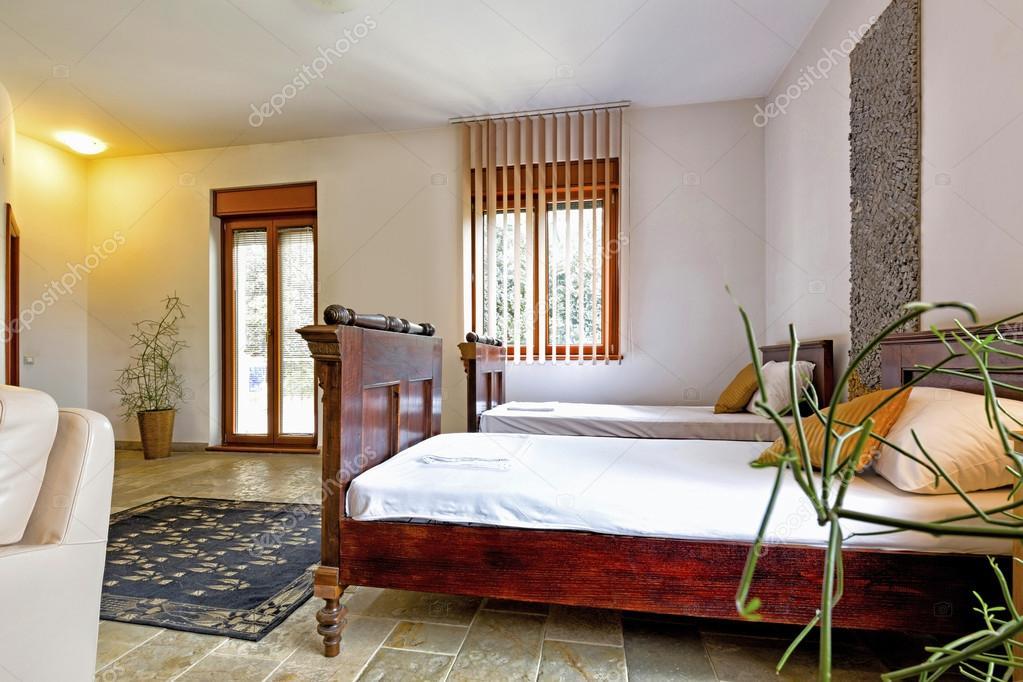 Elegante hotel interiore di camera doppia con letti singoli — Foto ...
