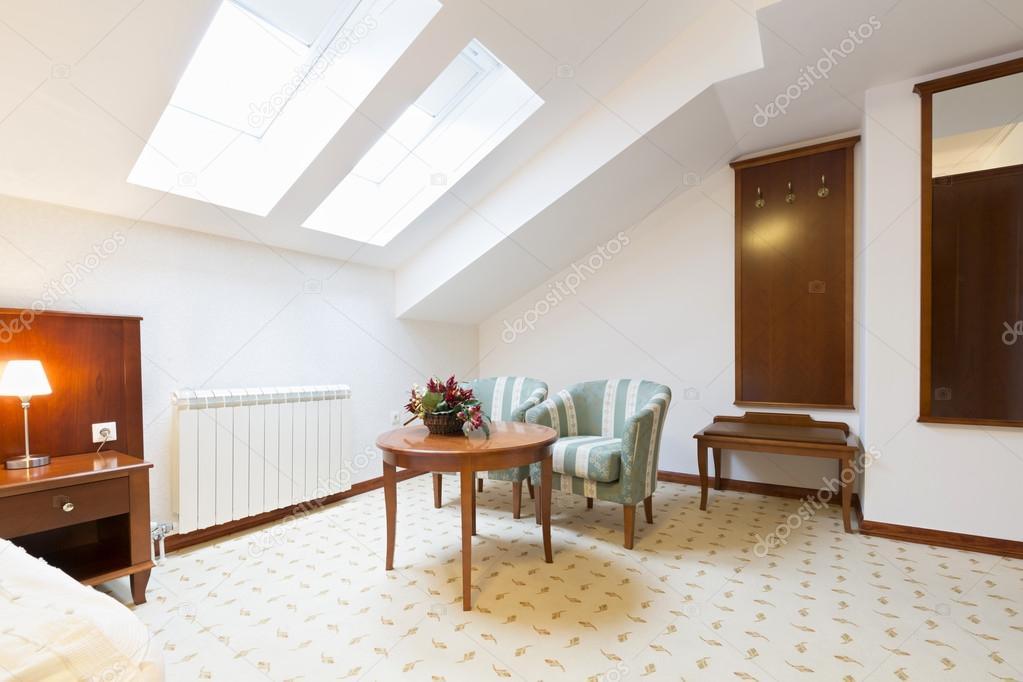 Woonkamer Op Zolder : Interieur van een woonkamer in zolder appartement u2014 stockfoto