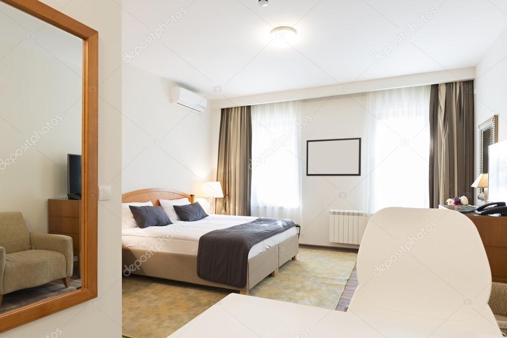 interieur van een hotelkamer in de ochtend stockfoto