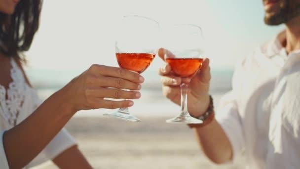 Hände in Nahaufnahme jubelnde Gläser Wein auf Meeresgrund