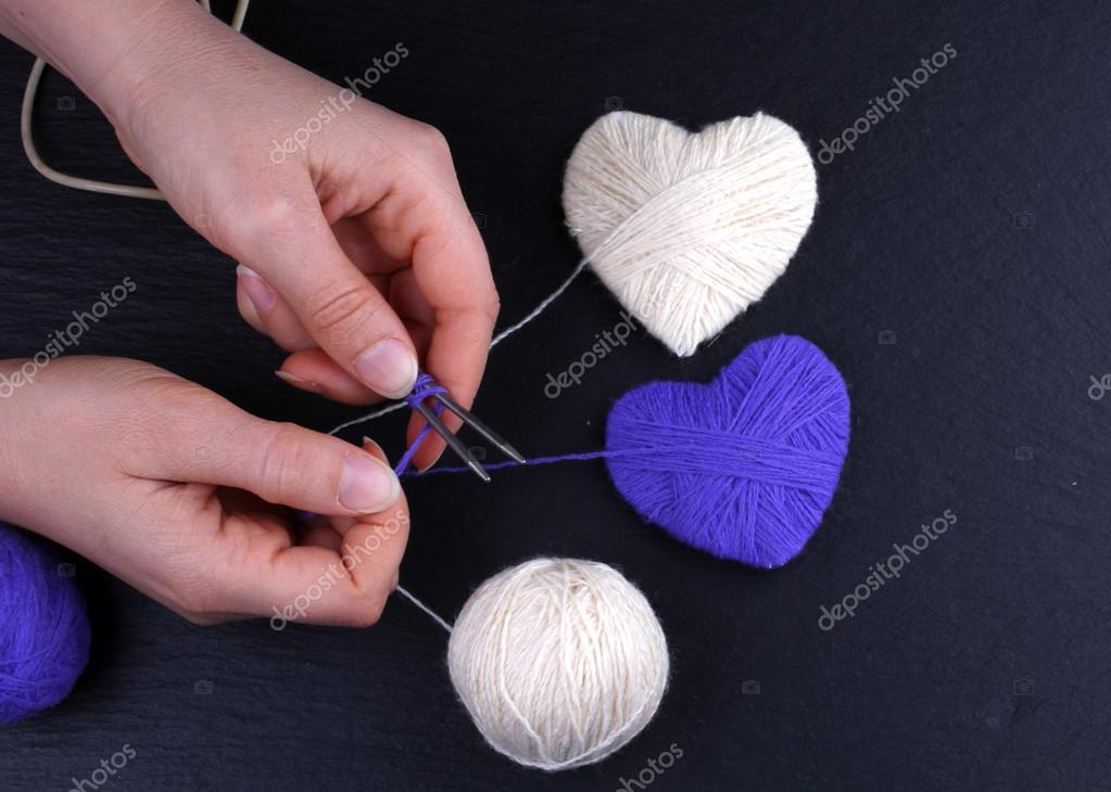 058447d61810f La main cadeau pour la Saint-Valentin ou l hiver, tas de pelote de laine à  tricoter écharpe coloré pour une journée froide, tricot pour faire cadeau  utile ...