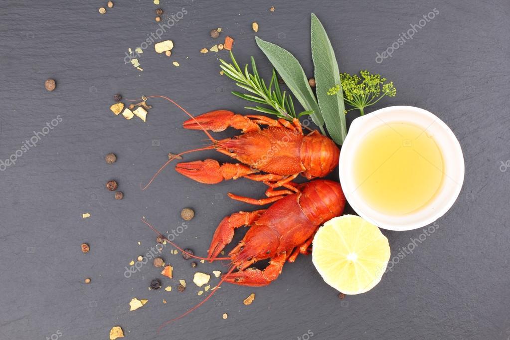Вкусный свежий лобстер на темном фоне урожай. Морепродукты с.