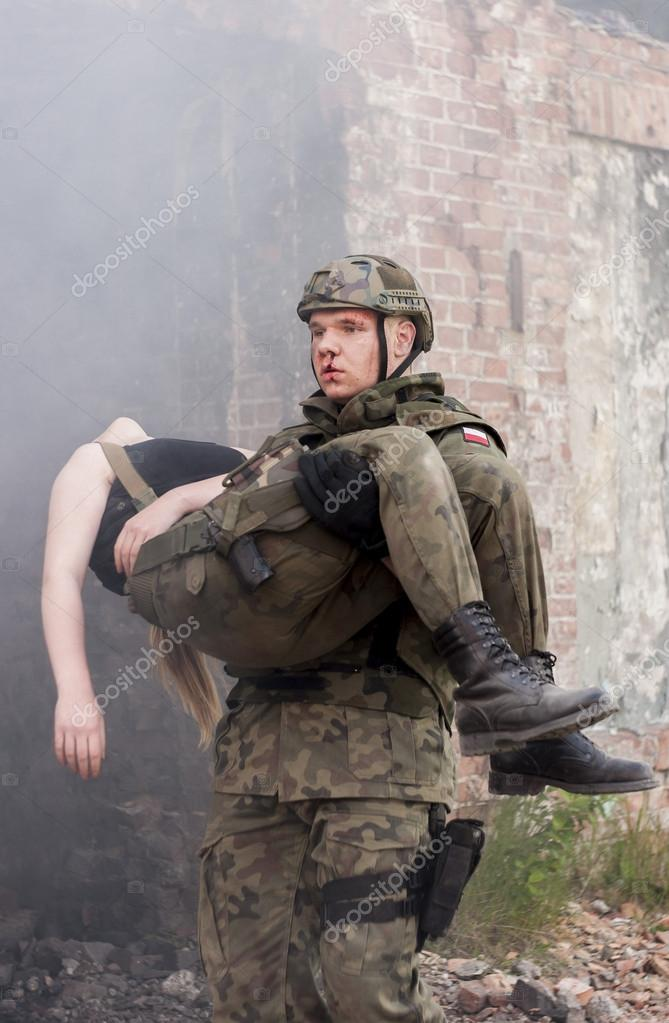 Картинки солдат несет раненого