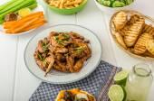 Fényképek Sport ünnepe - csirke szárny, zöldség, hasábburgonyával, pizza