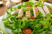 Arugula and lambs lettuce with grilled chiken