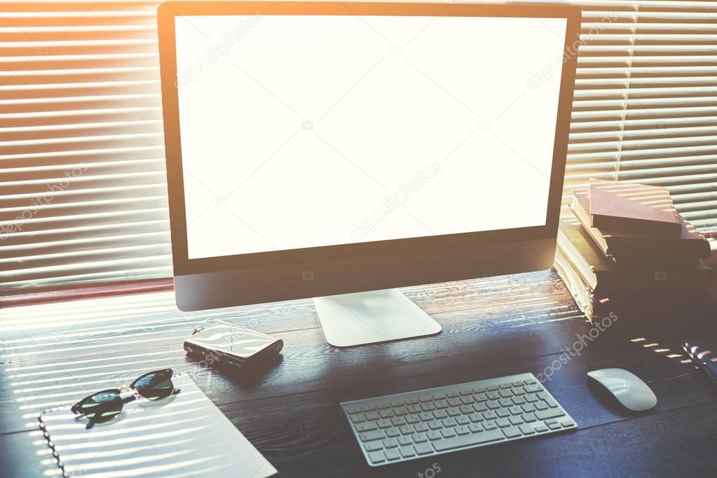 Se burlan hasta de escritorio casero con los accesorios y for Herramientas de oficina