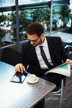 Businessman sitting in an coffee shop