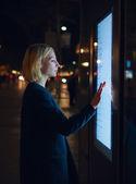 Fotografia donna che per mezzo di applicazione urbana moderna