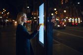 Frau berührt empfindlichen Bildschirm