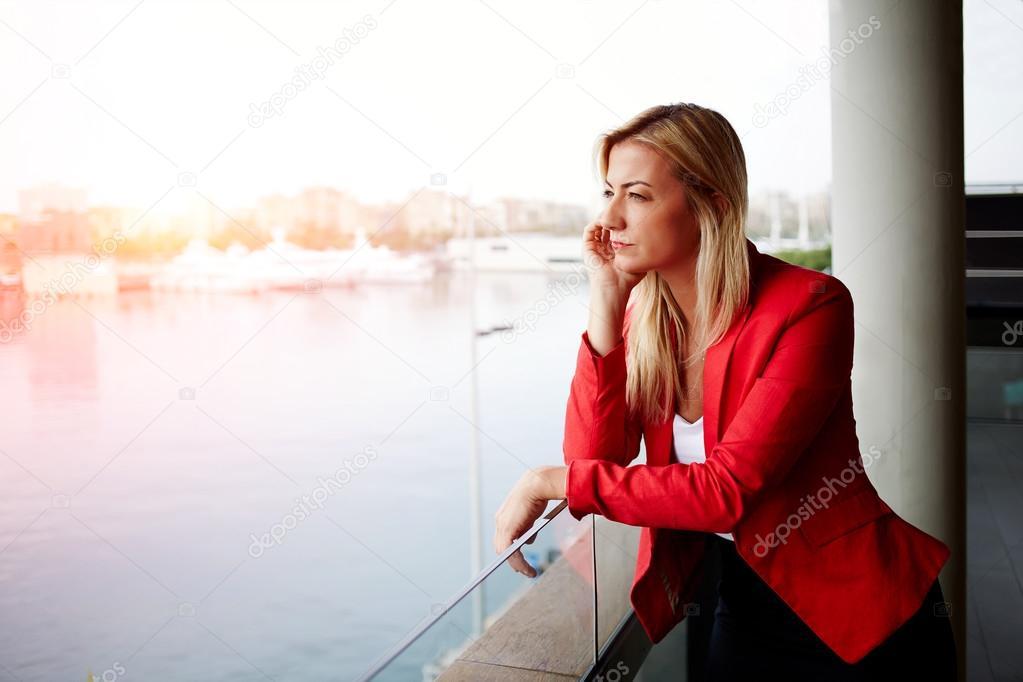 c1c4b08ef Mulher de negócios olhando para fora uma varanda de escritório — Fotografia  de Stock