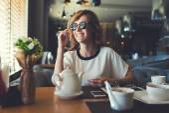 Fotografie Lächelnd geschäftsfrau im modernen café