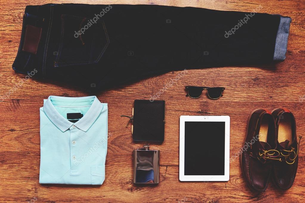 8a1a86b0264 Вид битник парень личные вещи на деревянных фоне сверху  цифровой планшет