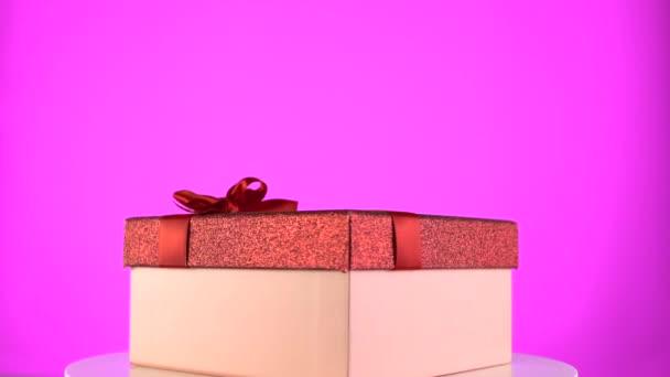 Prezentovat box na barevném duhovém pozadí. Prázdninový dárkový box na rotaci 360 stůl