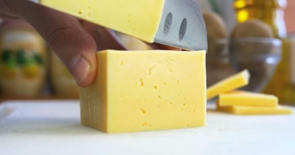 muž řezaného kusu sýra