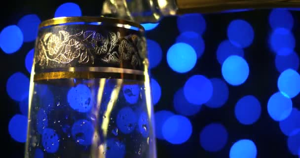 Pezsgő pezsgő öntik a két kristálypoharak boke fekete háttérben ellen