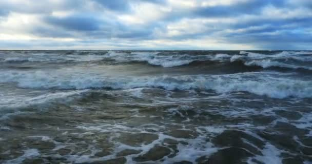 vihar seascape - zúzás a víz hullámok, a fehér hab