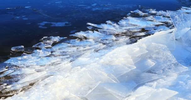 Úszó jég a folyónál, téli táj