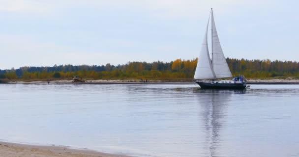 Vitorlás hajó, Katamarán vitorlázás, a folyó.