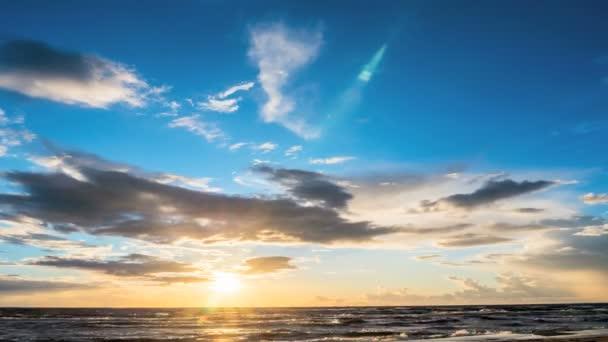 Západ slunce s mraky nad mořem. 4k