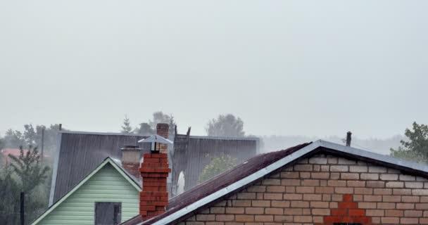Déšť s plechovou střechou. / stará dřevěná struktura střeše. / dešťové přeháňky.