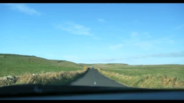 Közúti sivatagban, a hegyek a háttérben