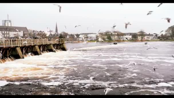 Pohled na vodní elektrárna na řece v Irsku