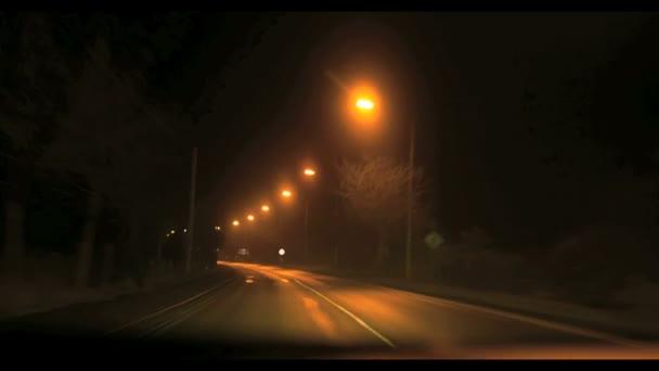 Nepřiměřená rychlost na dálnici i když malé město v oblacích mlhy v noci