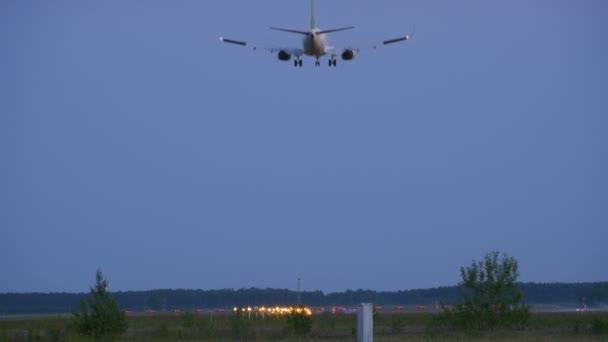leszállási utasszállító repülőgép este
