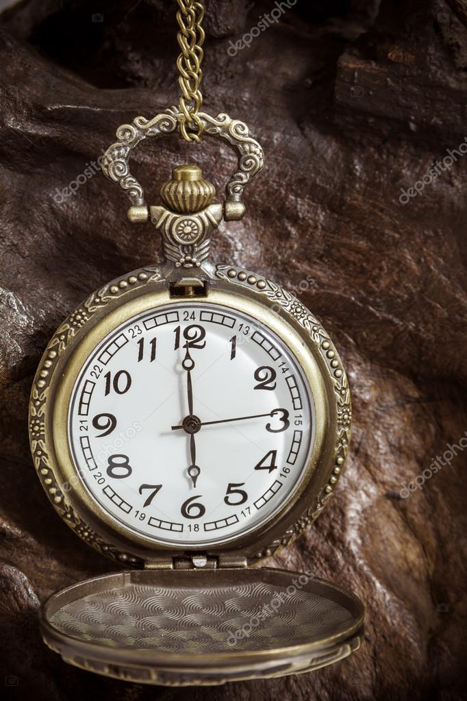 b673304e049 Relógio de bolso retrô antigo em madeira. estilo vintage. close-up —  Fotografia por ...