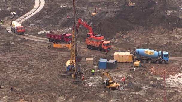 Výstavba nulového cyklu základny - pracovníci a zařízení