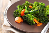 Dušená brokolice na desce