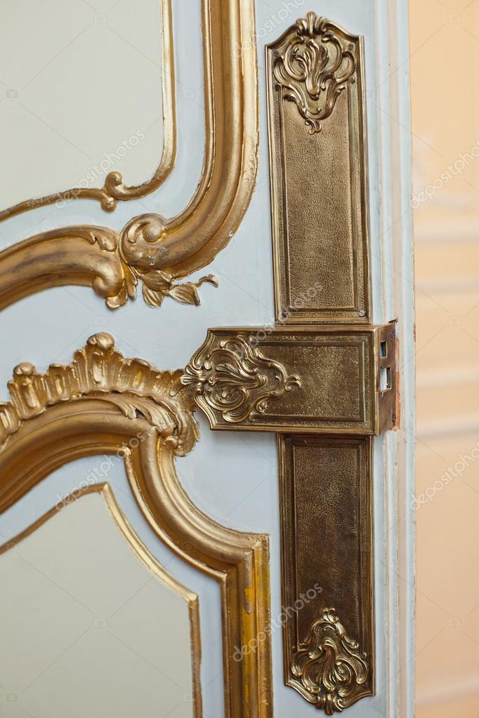 guarnecido de las puertas, el mango decorado con oro y monogramas ...
