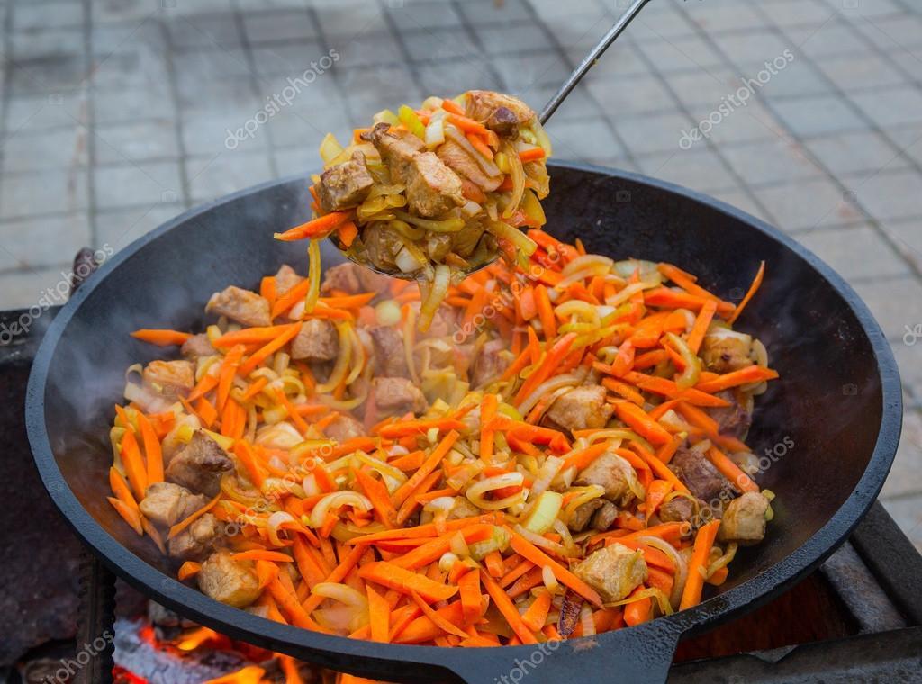 Fleisch mit Gemüse. Kessel — Stockfoto © arcadi1962 #75681383